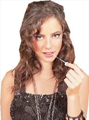 Η Εφι Στόνεμ πρωταγωνιστεί στη σειρά «Skins» του Καναλιού 4, επεισόδια της οποίας είναι διαθέσιμα online