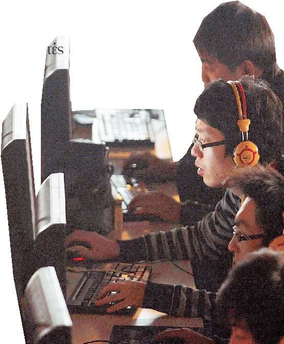 Νεαροί Κινέζοι επί το έργον στα κομπιούτερ τους...
