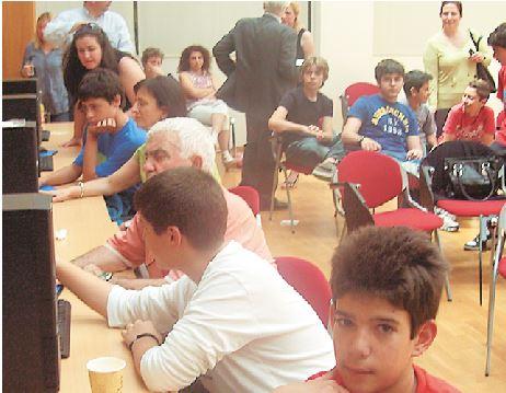Μαθητές του Πρότυπου Εκπαιδευτηρίου Αθηνών και ηλικιωμένοι του 1ου ΚΑΠΗ Νίκαιας στην αίθουσα του βιωματικού εργαστηρίου