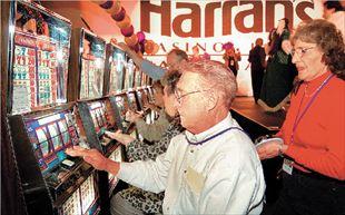 Ζευγάρι δοκιμάζει την τύχη του στα «φρουτάκια» σε καζίνο του Λας Βέγκας...