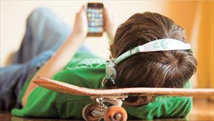 Και ενώ κάποιοι από τους κατόχους δηλώνουν ότι τα έξυπνα κινητά «ανεβάζουν» την ψυχολογία τους κάνοντάς τους πιο χαλαρούς και κοινωνικούς, κάποιοι άλλοι τα βρίσκουν ως δικαιολογία...