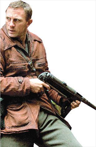 Ο Ντάνιελ Κρεγκ ως αρχιαντάρτης Τούβια Μπιέλκσι στην ταινία «Defiance». Το  στυλ μπορεί να απέχει από εκείνο του Τζέιμς Μποντ e58eb35b36c