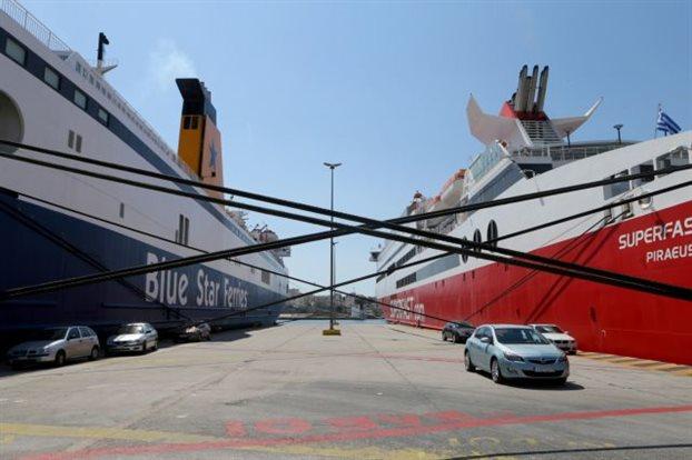 Να δέσει τα πλοία μέσα στο καλοκαίρι απειλεί η ΠΝΟ