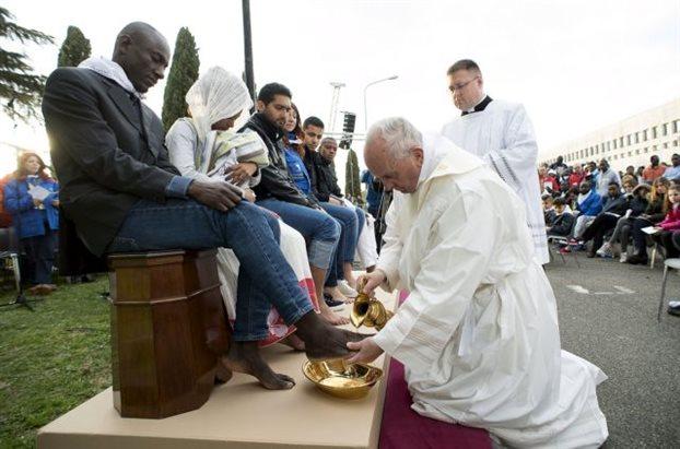 Τα πόδια προσφύγων διαφορετικών θρησκειών έπλυνε ο Πάπας