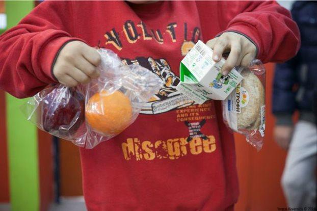Ολο και περισσότερα σχολεία ζητούν δωρεάν γεύματα