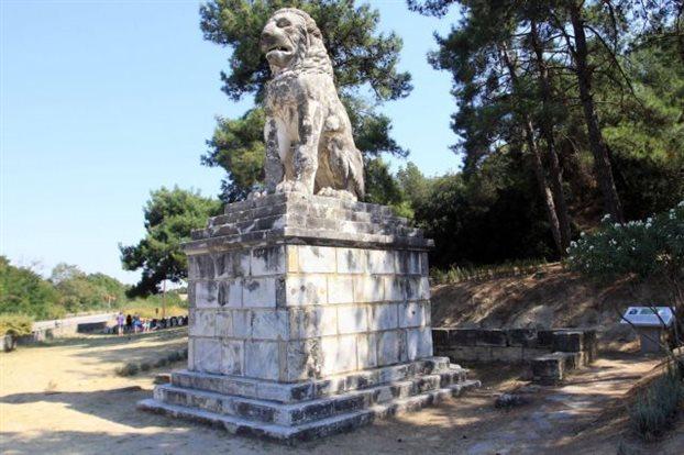 Ενα λιοντάρι δείχνει τον τύμβο της Αμφίπολης